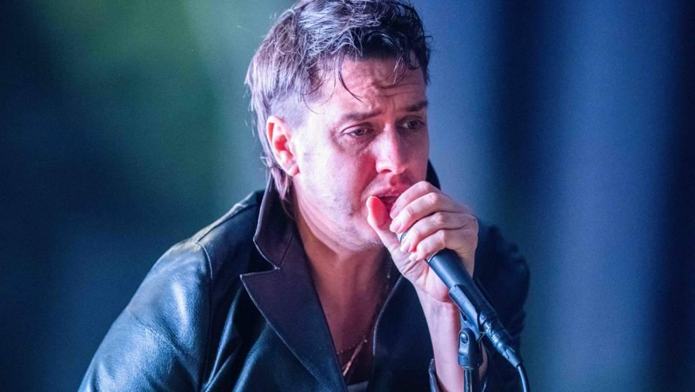 14.02.2020, Berlin: Julian Casablancas, Sänger der US-Rockband The Strokes singt beim Konzert bei einem Konzert in der Colum