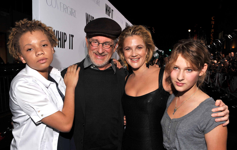 Steven Spielberg und seine Tochter Mikaela (links) vor etwas mehr als elf Jahren - mit Drew Barrymore bei einer Film-Premiere
