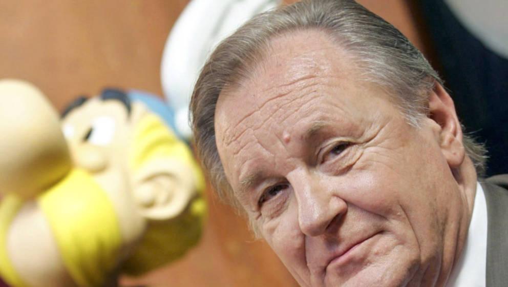 ARCHIV - Asterix-Zeichner Albert Uderzo sitzt auf einer Pressekonferenz in Brüssel neben einer Asterix-Nachbildung (Foto vom