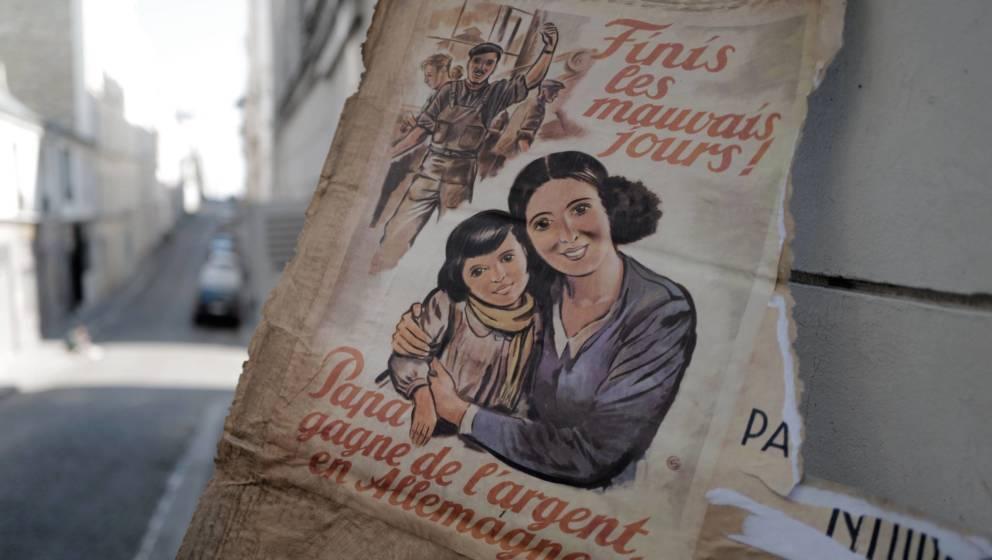 Propaganda-Plakat am Set von 'Adieu Monsieur Haffmann'