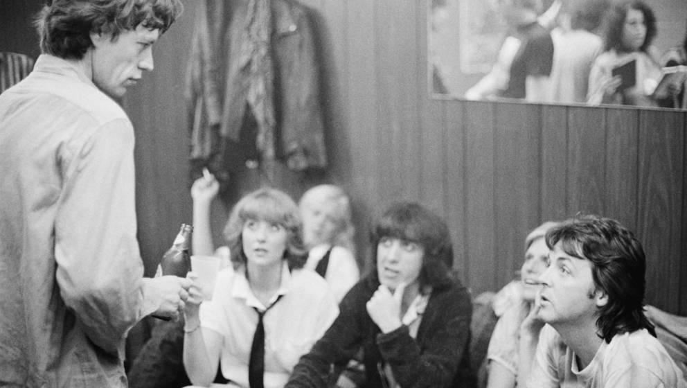 Paul und Linda McCartney (re.), backstage mit Mick Jagger (li.) und Bill Wyman (Mitte), nach dem Konzert der Rolling Stones 1