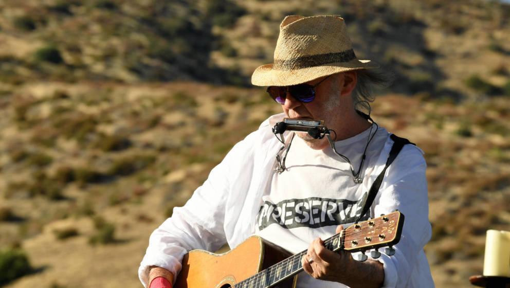 Neil Young an der frischen Luft bei einer seiner 'Fireside Sessions'