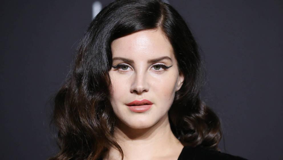 Lana Del Rey teilt ersten neuen Song von ihrem siebten Album CHEMTRAILS OVER THE COUNTRY CLUB.