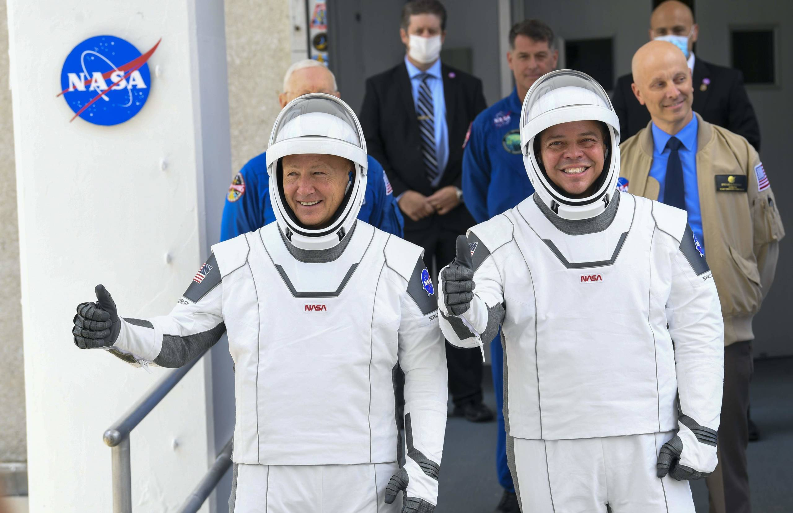 Die beiden Astronauten Doug Hurley (l) und Bob Behnken vor dem Launch