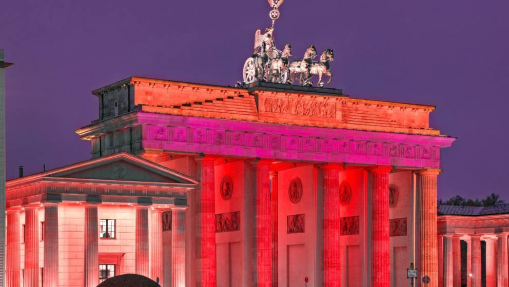 Das rot angestrahlte Brandenburger Tor in Berlin