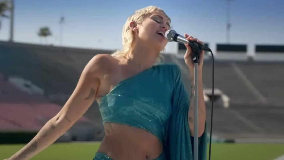 Miley Cyrus im gähnend leeren Rose Bowl in Kalifornien