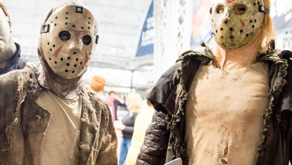 Mit solch einer Jason Voorhees-Maske wie hier bei der Londoner Film And Comic Con 2019 fordert der Voorhees-Imitator die Zusc