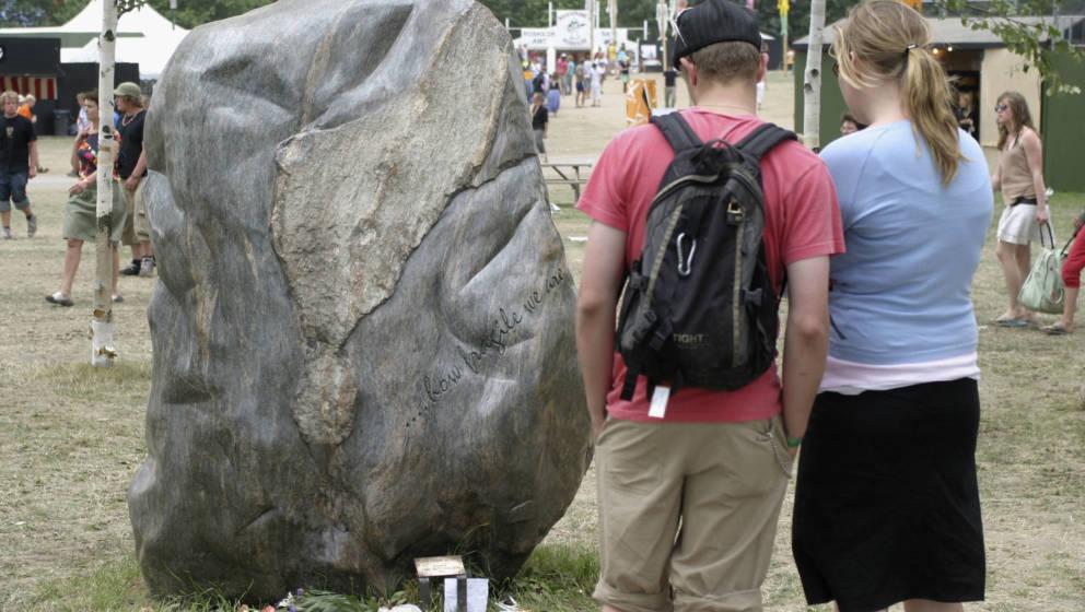 2005: 5 Jahre nach dem Vorfall gedenkt ein Stein mit der Inschrift  '...how fragile we are...' auf dem Roskilde-Gelände an d