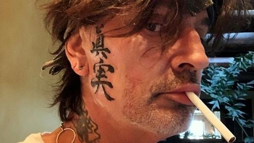 Mötley Crue-Drummer Tommy Lee hat sich in der Corona-Zeit das Gesicht verzieren lassen