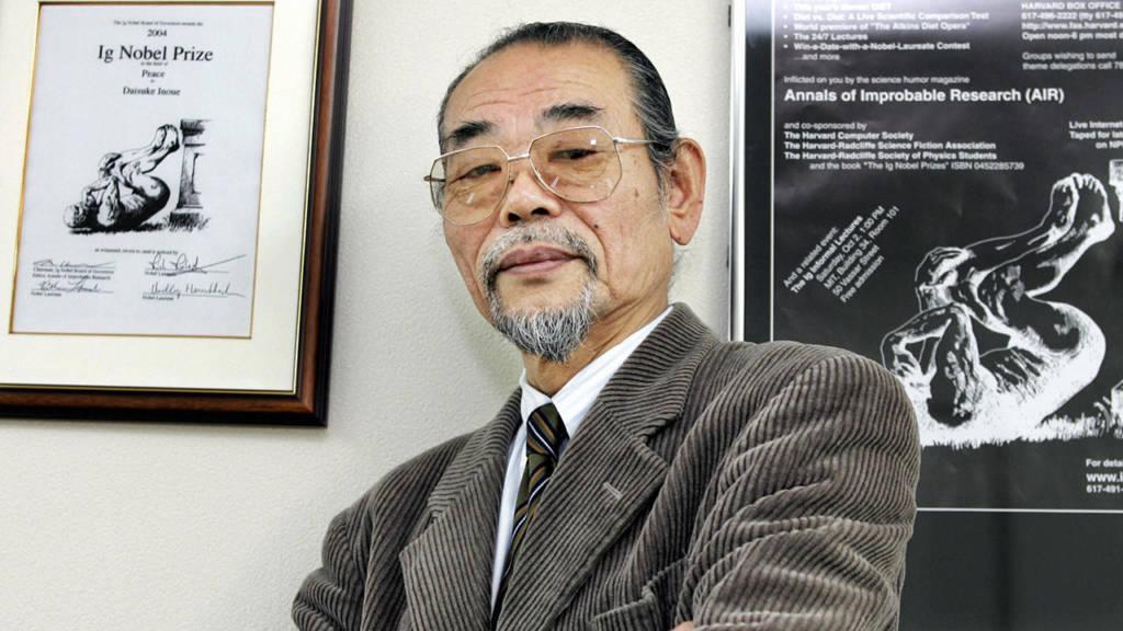 Daisuke Inoue neben seiner Auszeichnung.