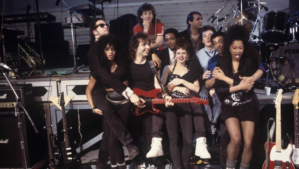 Phil Ashley (hinten rechts) mit  Joe Satriani (Gitarre), Simon Phillips (rotes T-Shirt), Doug Wimbish und Weiteren bei den Pr