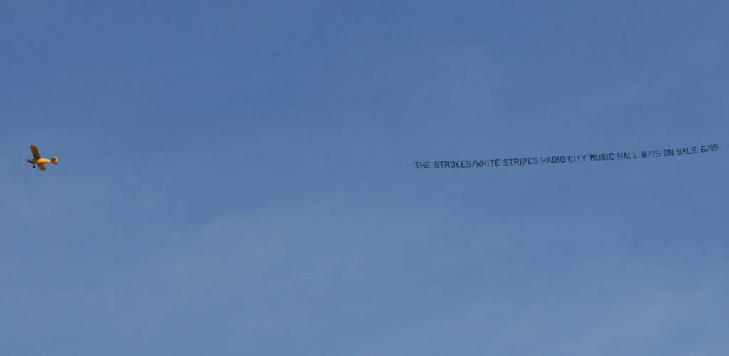 Werbung für das Konzert der White Stripes und der Strokes