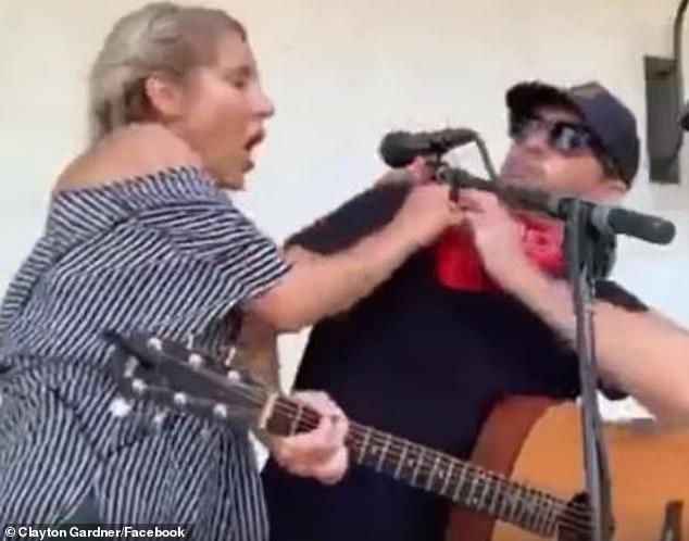 Bei einem Konzert von Country-Musiker Clayton Gardner stürmt plötzlich eine Frau auf die Bühne und hustet den Sänger an