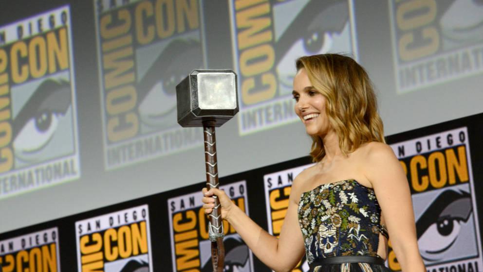 Natalie Portman mit dem Thor-Hammer bei der Comic-Con 2019