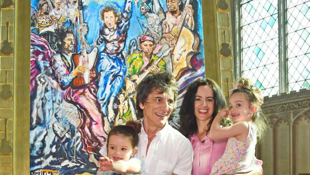 Ronnie Wood und Sally Wood mit den Zwillingen Alice und Gracie in der Ausstellung