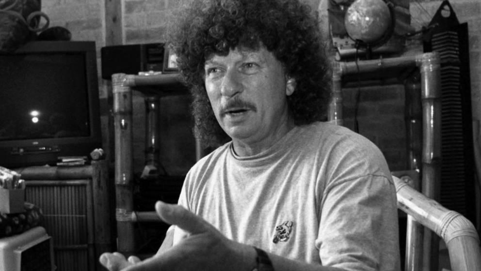 In seinem Haus an der Wismarbucht erzählt der DDR-Rockmusiker Harry Jeske von seinen musikalischen Zukunftsplänen (Foto vom
