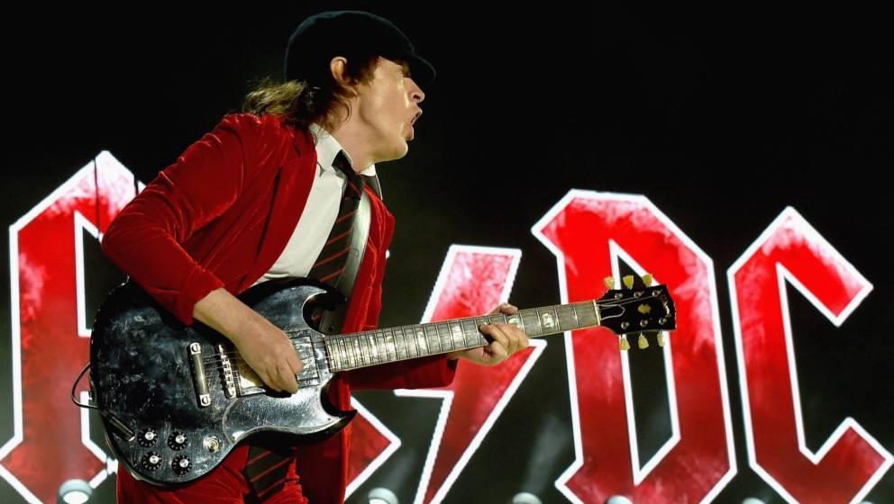 Angus Young und sein berühmtes Bühnenoutfit