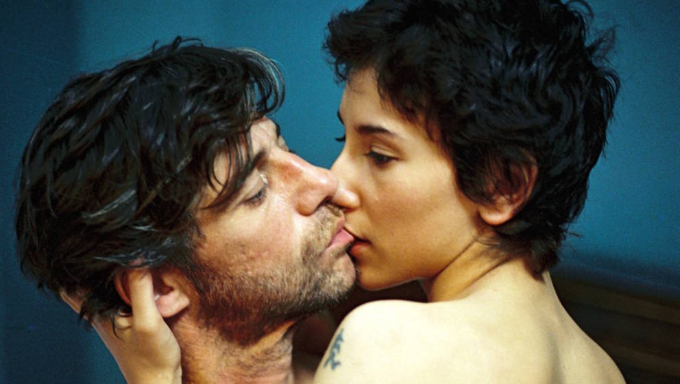 ARCHIV - Die Schauspieler Birol Ünel und Sibel Kekilli (r) in einer Szene des Films «Gegen die Wand» (undadierte Filmszene