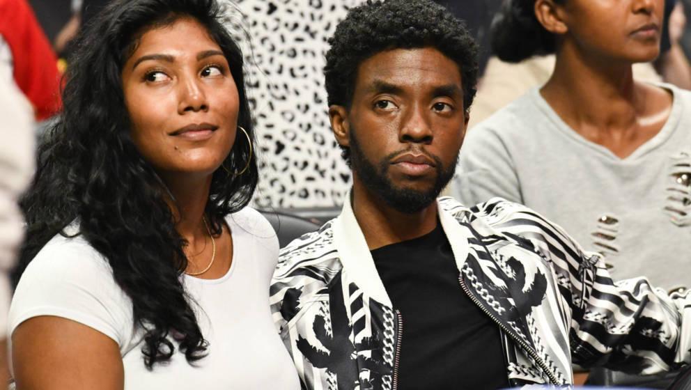 Taylor Simone Ledward und ihr verstorbener Mann Chadwick Boseman besuchen ein Basketball-Spiel in Los Angeles im Oktober 2019