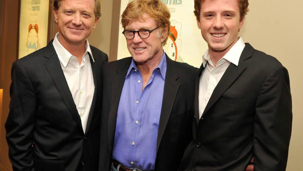 ames Redford (links) mit Robert Redford (MItte) und seinem Sohn Dylan (rechts) am 25. Oktober 2012 bei einer Filmpremiere in