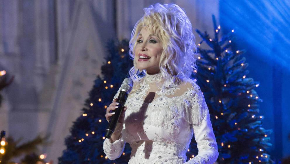 In der Rolle als Weihnachtsengel ist sie schon geübt. Hier probt Dolly Parton gerade für das Weihnachtsfest 2016 im Rockefe