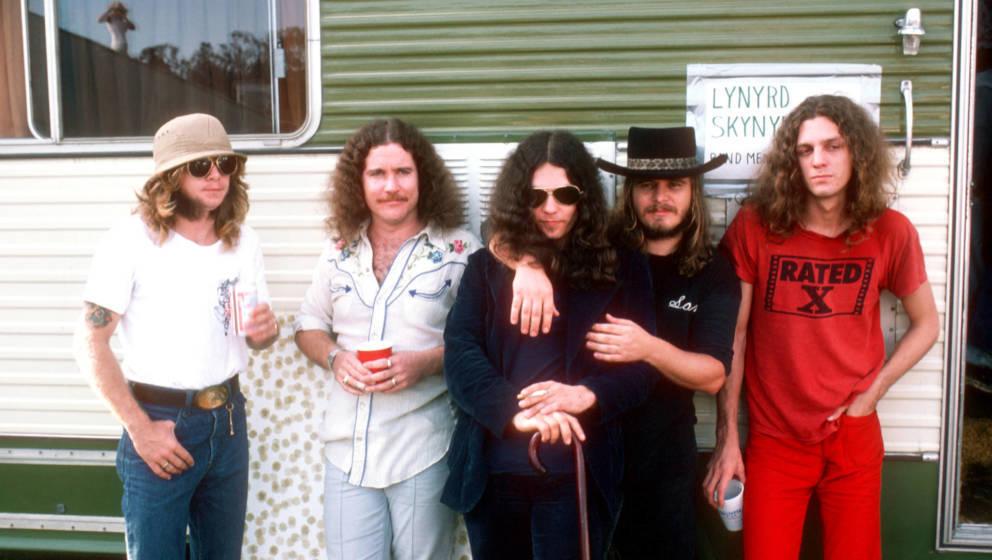 Leon Wilkeson, Billy Powell, Gary Rossington, Ronnie Van Zant and Allen Collins von Lynyrd Skynyrd posieren vor ihrem Trailer