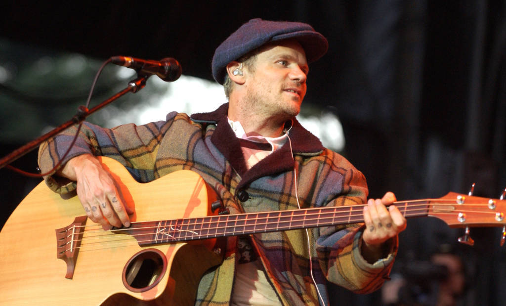 Flea spielt bei Neil Youngs Annual Bridge School Benefit