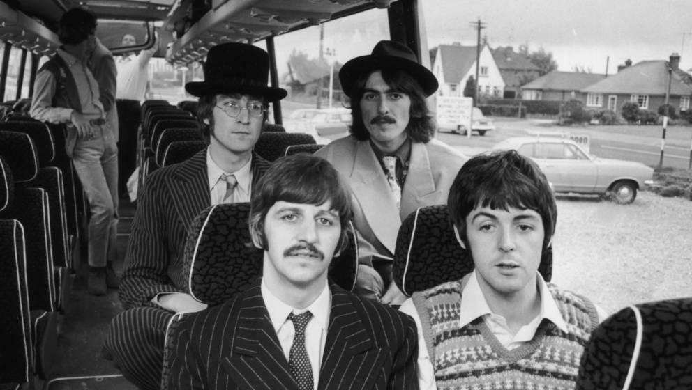 Die Bilder, wo die Beatles nicht lächeln, muss man mit der Lupe suchen. Aber es gibt sie