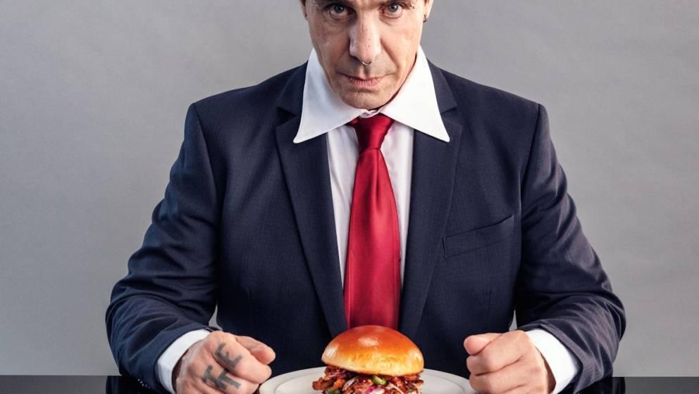 Till LIndemann isst einen Pflanzen-Burger