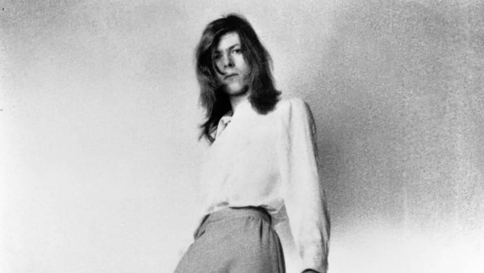 David Bowie posiert für ein Porträt, um die Veröffentlichung seines Albums 'Hunky Dory' im Dezember 1971 in London, Englan