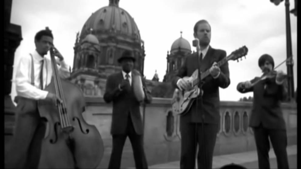 """Szene aus dem Musikvideo zu """"Haus am See"""" von Peter Fox"""