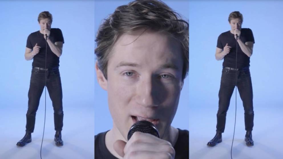 """Sam Vance-Law im Musikvideo zu """"Eisbär""""."""