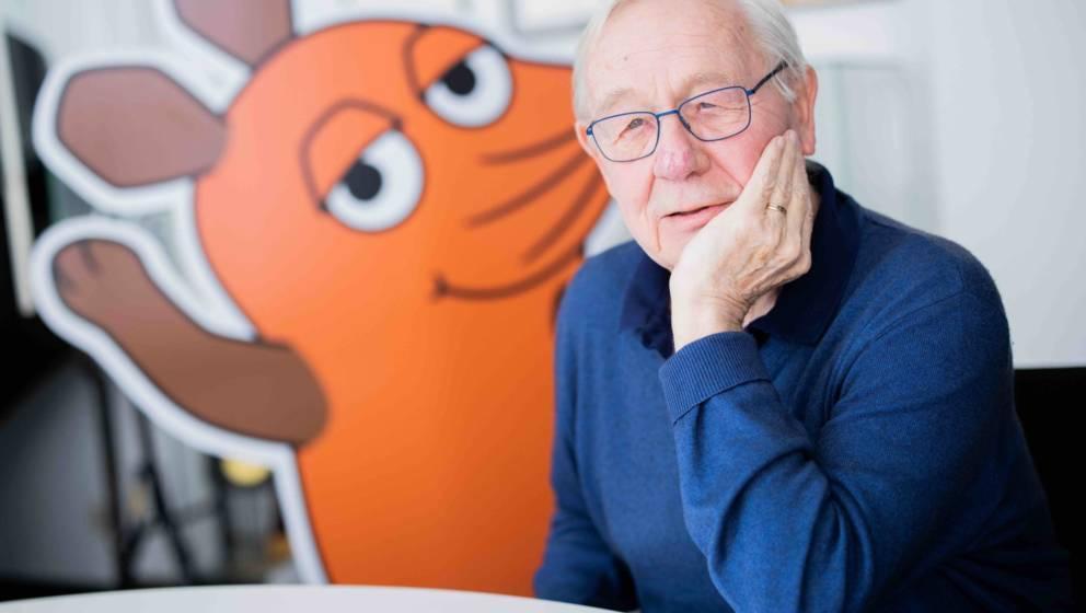 Armin Maiwald, Filmemacher, Autor und Miterfinder der 'Sendung mit der Maus' sitzt im Foyer seines Büros. Die Maus ist seit