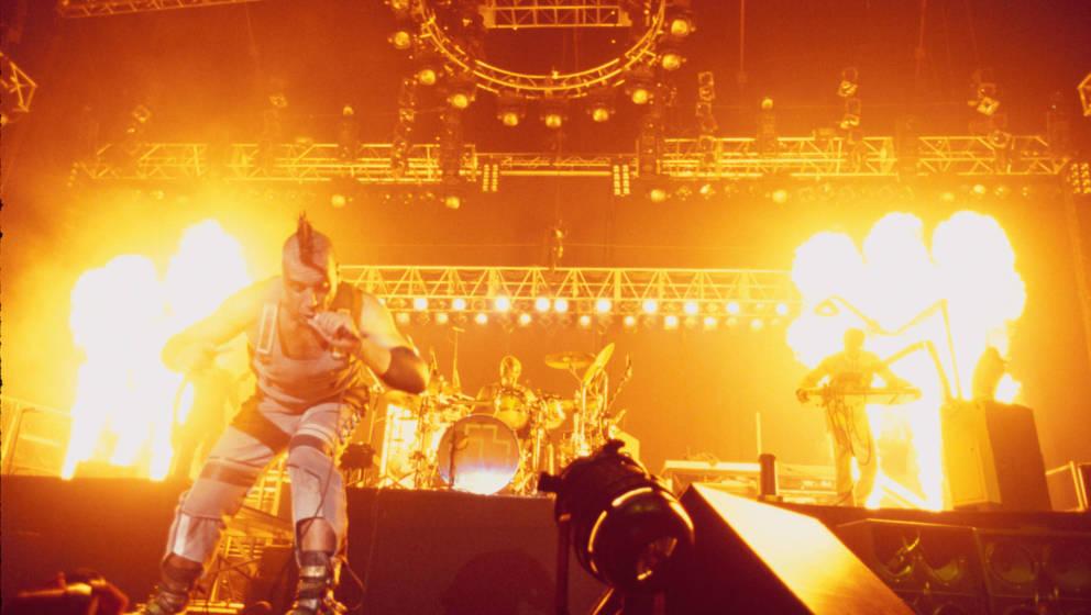Rammstein, traditionell mit Feuer und explosiven Bühnenshows.