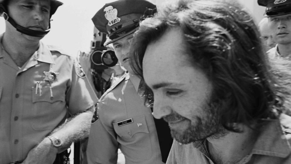 Der US-amerikanische Massenmörder und Kult-Leiter Charles Manson (1934 — 2017) wird von Polizisten zum Gericht in Santa Mo