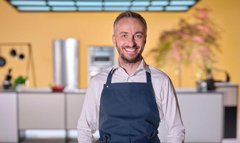 Jan Böhmermann in der Küche von 'Böhmi Brutzelt'