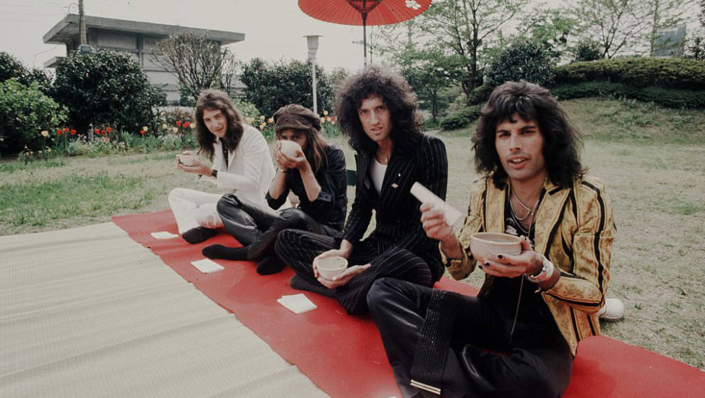 (MANDATORY CREDIT Koh Hasebe/Shinko Music/Getty Images) Queen in the hotel garden, Tokyo, April 22, 1975. (Photo by Koh Haseb
