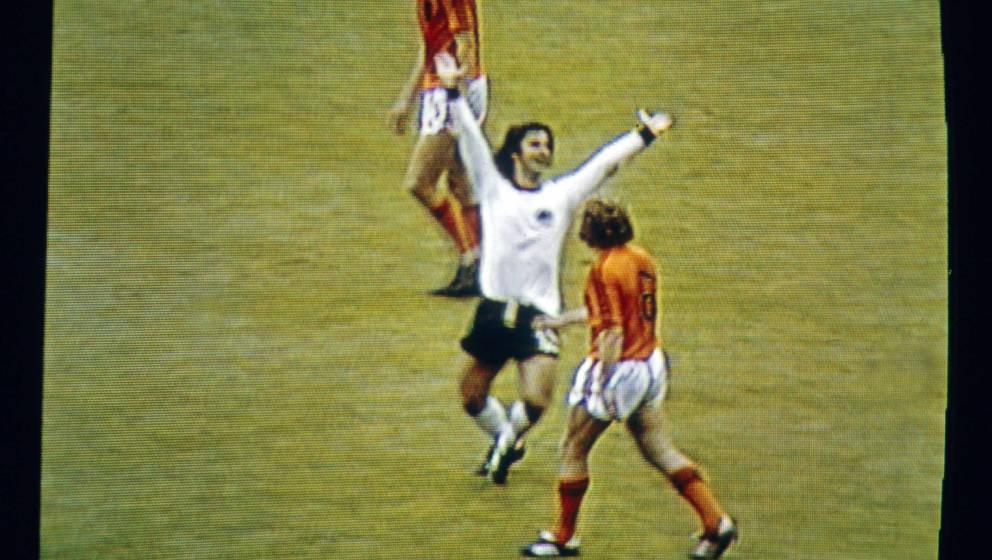 Gerd Müller schießt das 2:1 gegen Holland im Finale der WM 1974.