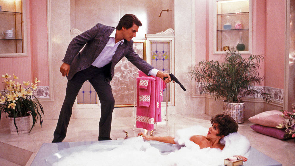 Joan Collins (Alexis) wird bedroht von Michael Nader (Dex Dexter) im Denver-Clan