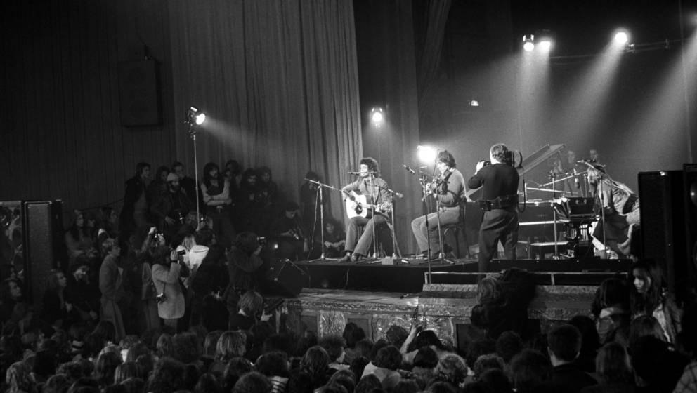 Der amerikanische Musiker Lou Reed (1942-2013) live mit John Cale (Mitte) und der deutschen Sängerin Nico (1938-1988) auf de