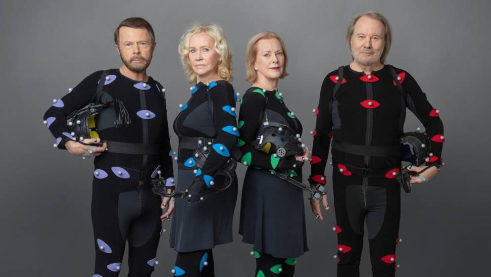 Björn Ulvaeus, Agnetha Fältskog, Benny Andersson und Anni-Frid Lyngstad in ihren Anzügen, mit denen sie für ihre kommenden Konzerte digital vermessen wurden