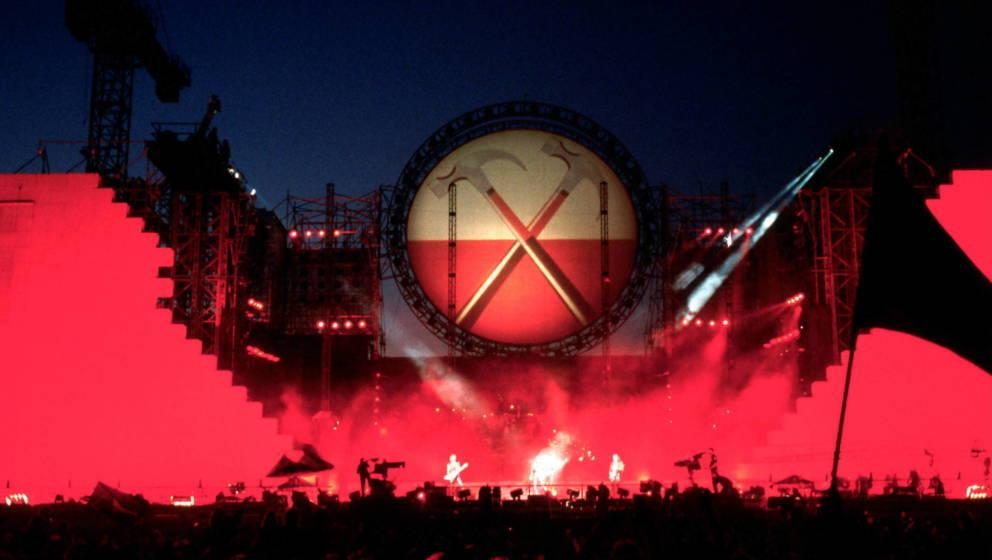 Roger Waters Von Pink Floyd auf der Bühne an der erst Monate zuvor gefallenen Berliner Mauer am 21. Juli 1990. (Photo by Mic