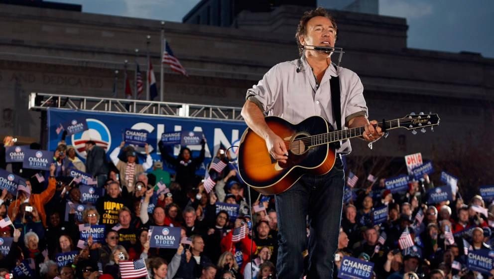 CLEVELAND - NOVEMBER 02:  Singer Bruce Springsteen plays before Democratic presidential nominee U.S. Sen. Barack Obama (D-IL)