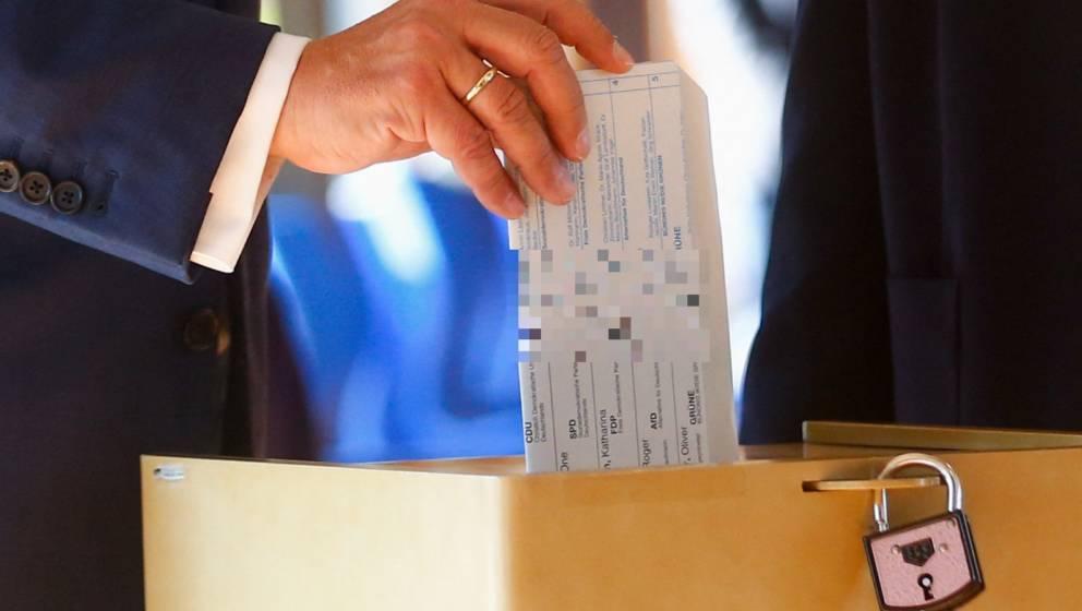 Armin Laschet blamierte sich am Wahltag mit einem falsch gefalteten Wahlzettel